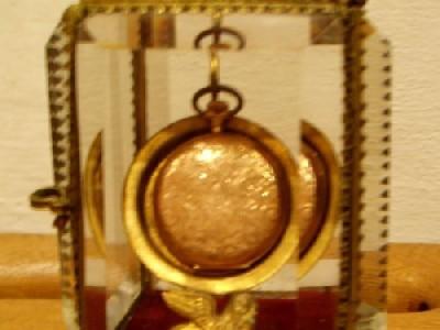 Zlaté hodinky ve skleněné skříňce